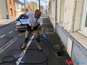 curage de canalisation proxi-débouchage homme debout