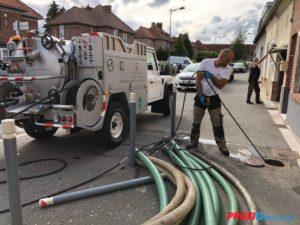 curage de canalisation proxi-débouchage homme debout camion a coté